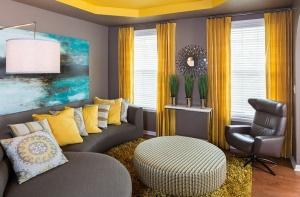 gri-oturma-takimi-ve-sari-perdeler-ile-salon-dekorasyonu